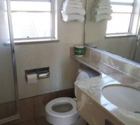 Travelers Beach Inn - Private Bathroom